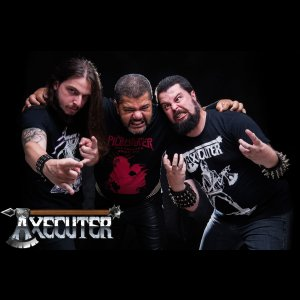 "AXECUTER: ""'Surrounded By Decay' é o ápice do Metal Tradicional"" – Detector de Metal"